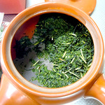 渋みをおさえる為に、茶葉が水に浸るぐらいの冷水を入れ茶葉がふやけるのを一分待ちます。