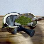 急須に大さじ1杯4〜5g(1人分)の粉茶を入れます。